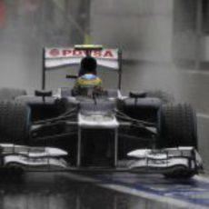 Bruno Senna llega a boxes durante los libres 3 en Spa