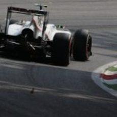 Sergio Pérez toma una curva en el circuito de Monza