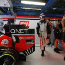 timo Glock se dispone a subirse al coche en Monza