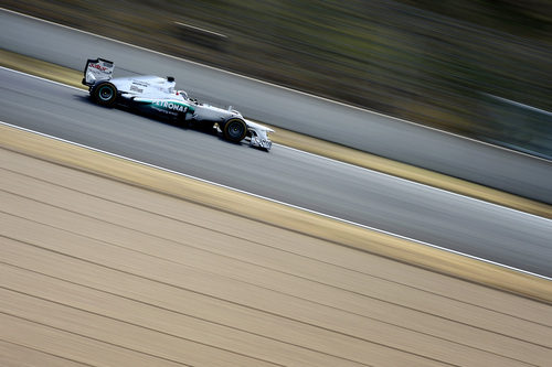 Sam Bird rueda con el Mercedes W03 con los escapes 'coanda'