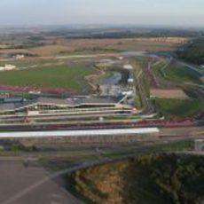 Una cola sin fin de Ferraris en el circuito de Silverstone