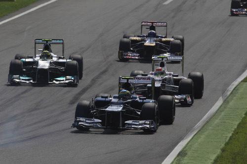 Bruno Senna intenta mantener posición con sus rivales