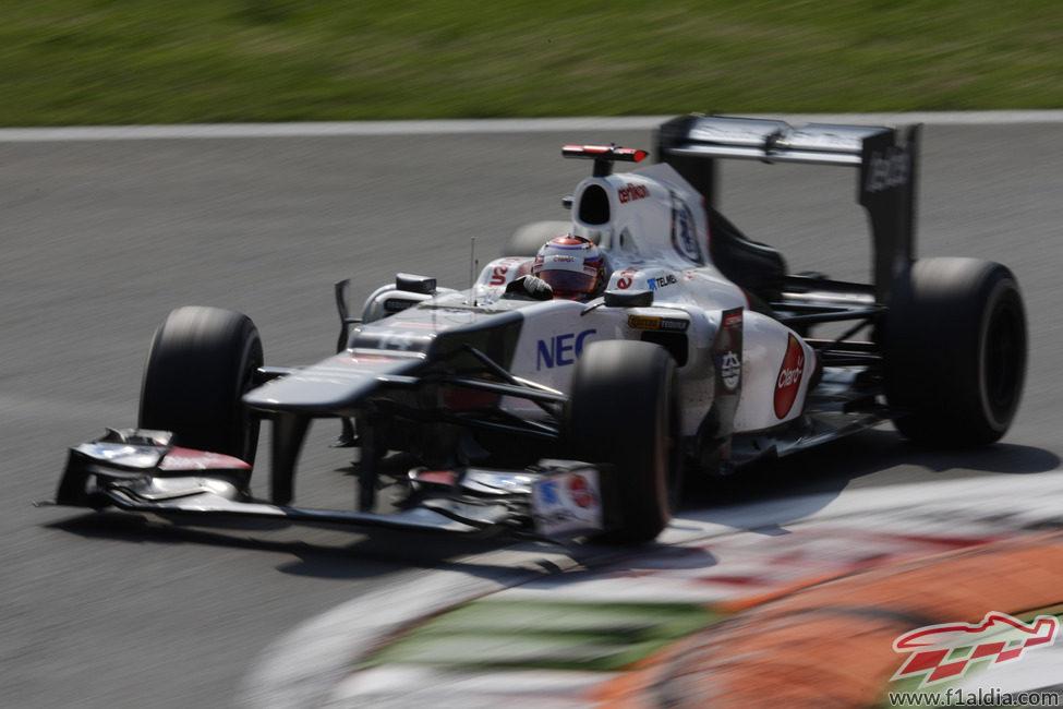 Kamui Kobayashi sale de una curva en Monza