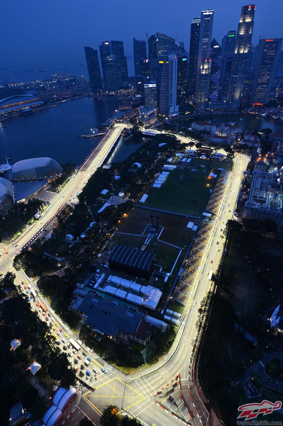 Circuito Callejero De Marina Bay : Los rascacielos rodean el circuito de marina bay f al día