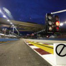 Semáforo rojo en el 'pit-lane' de Singapur