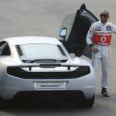 Lewis Hamilton feliz al lado del MP4-12C plateado