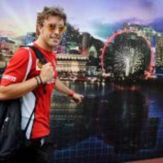 Fernando Alonso sonríe a su llegada a Singapur