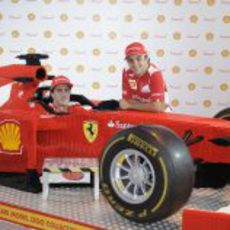 Fernando Alonso y Felipe Massa junto a un Ferrari de Lego