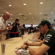 Vitaly Petrov firma autógrafos