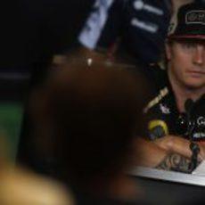 Kimi Räikkönen, serio ante la prensa