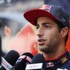 Daniel Ricciardo se explica ante los periodistas