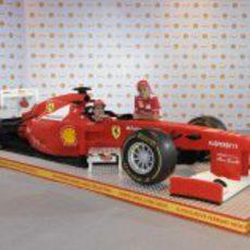 Alonso y Massa con el Ferrari de LEGO en Singapur