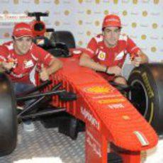 Massa y Alonso posan con el Ferrari de LEGO