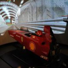 Fernando Alonso da una vuelta al circuito de Singapur en el simulador