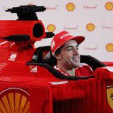 Fernando Alonso feliz sentado en el Ferrari de LEGO