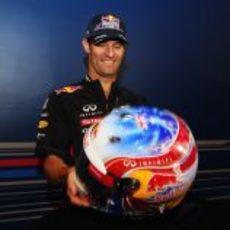 Mark Webber observa su nuevo casco para la carrera de Singapur 2012