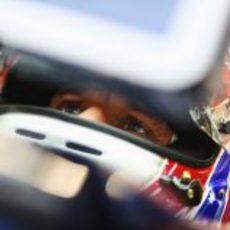 Mark Webber sentado en su RB8 durante los libres del viernes