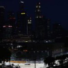 Un Red Bull de noche bajo el 'skyline' de Singapur