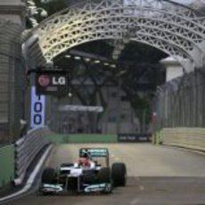 Michael Schumacher con su W03 en Marina Bay