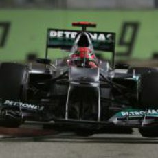 Michael Schumacher afronta la complicada chicane de Marina Bay