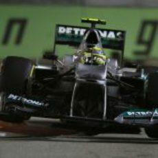 Nico Rosberg hace 'saltar' a su Mercedes en la chicane de Marina Bay
