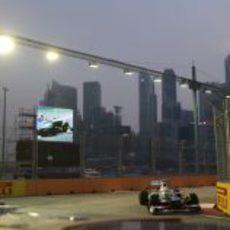 Sergio Pérez rueda bajo la noche de Singapur