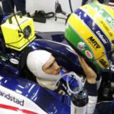 Bruno Senna se pone el casco