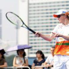 Nico Hülkenberg le da a la raqueta