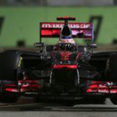 Jenson Button rueda bajo la noche de Singapur