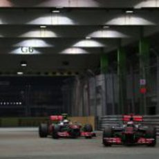 Button y Hamilton rodando juntos en Marina Bay