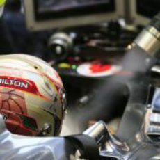 Lewis Hamilton con su casco especial en su monoplaza