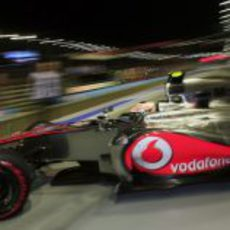 Lewis Hamilton sale de boxes con neumáticos superblandos