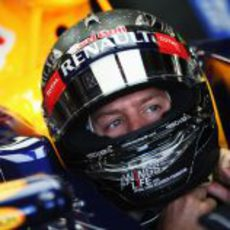Sebastian Vettel se ajusta el casco antes de salir a la pista