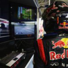 Vettel observa las pantallas desde el box de Red Bull