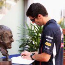 Webber firma el libro de condolencias de Sid Watkins en Singapur