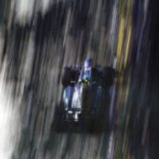 Nico Rosberg pilota su Mercedes en las calles de Singapur