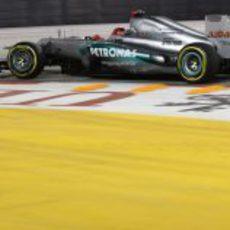 Michael Schumacher con su Mercedes W03 en Marina Bay