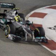 Nico Rosberg tomando una de las 23 curvas del circuito de Singapur