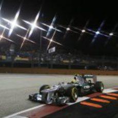 Nico Rosberg con su Mercedes W03 durante la clasificación de Singapur