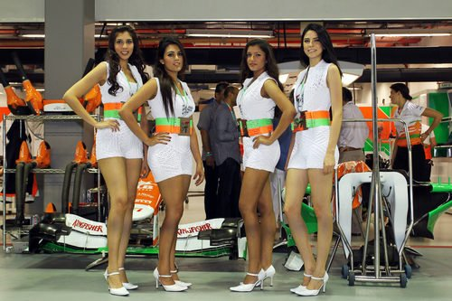 Las pitbabes de Force India posan frente al box