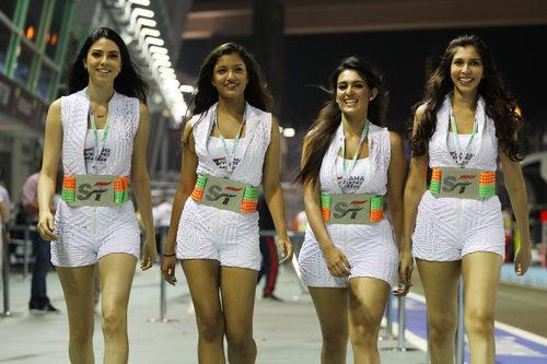 Las guapas azafatas de Force India atravesando el pitlane