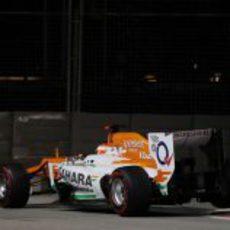 Paul di Resta salta en la chicane de Singapur