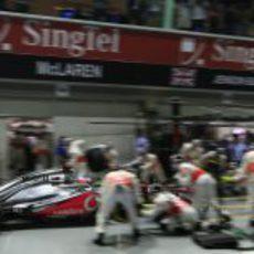 Parada en boxes para Jenson Button durante la carrera