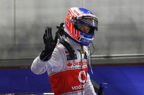 Jenson Button celebra su segundo puesto en Marina Bay