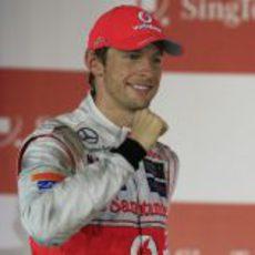 Jenson Button celebra su segundo puesto en el podio