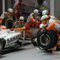 Parada en boxes para Paul di Resta durante la carrera