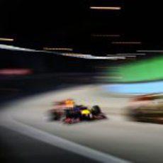 Sebastian Vettel junto a un Lotus en Singapur