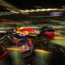 Mark Webber sale de boxes tras realizar una parada