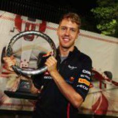 Vettel posa con su trofeo de ganador del GP de Singapur 2012