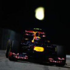 Mark Webber pilota bajo la noche de Singapur